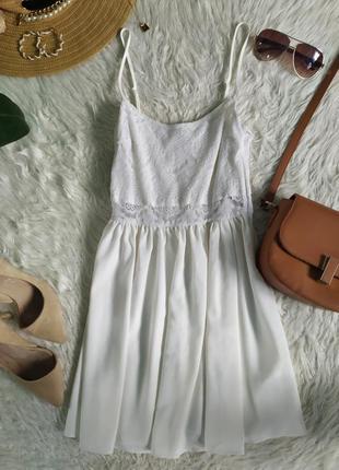 Трендовое белое платье на тонких бретелях с шифона с  кружевгым верхом