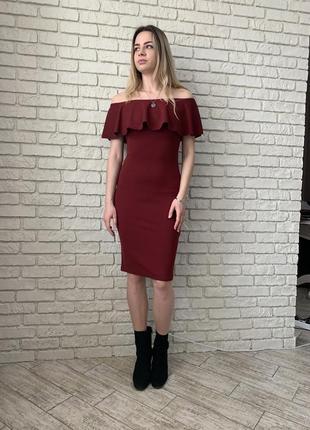 Универсальное бардовое платье с рюшами, красиво садиться на плечики.  prettylittlething