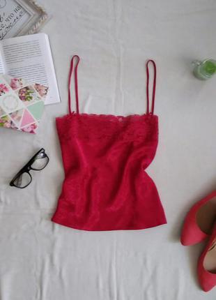 Майка красивого насыщенного красного цвета с кружевом на груди