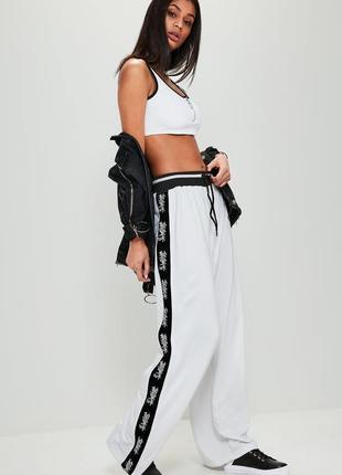 Стильные белые спортивные штаны с принтом иероглифы missguided