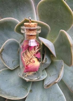 Подвеска-бутылочка с сухоцветами и бусинками