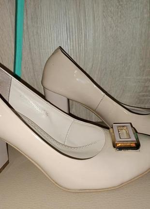 Кожаные!!! фирменные туфли на ширрком каблуке