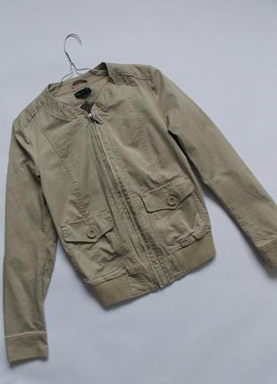 Легкая бежевая куртка benetton