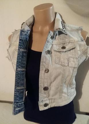 Супер цена! супер скидка! стильный джинсовый жилет рваным декором