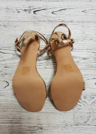 Золотые босоножки на каблуке асос asos7 фото