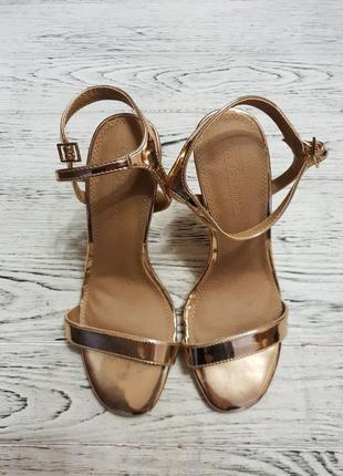 Золотые босоножки на каблуке асос asos4 фото