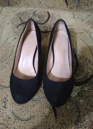 Туфли черные на среднем каблуке