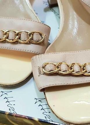 Элегантные базовые босоножки на среднем каблуке4 фото