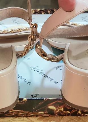 Элегантные базовые босоножки на среднем каблуке5 фото