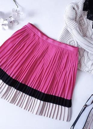 Малиновая юбка плиссе kira plastinina с контрастным низом плиссированная колор блок