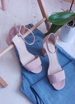 Нежные розовые босоножки,на удобном каблуке ,англия