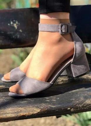 Босоножки на удобном каблуке.