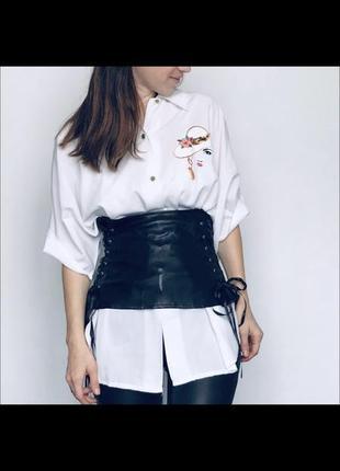 Белая длинная рубашка с вышивкой принтом и кожзам черный корсет широкий пояс кожаный
