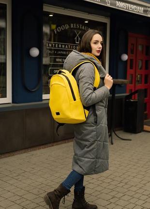 Вместительный женский желтый рюкзак для спортзала