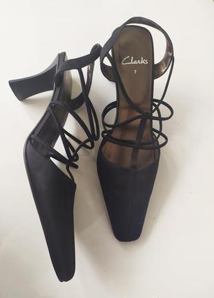 Чёрные туфли босоножки с квадратным носом clarks