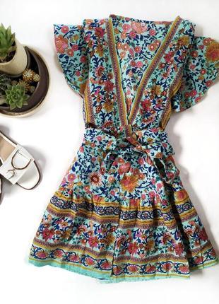 Стильное платье на запах с воланом в яркий принт цветочный рисунок
