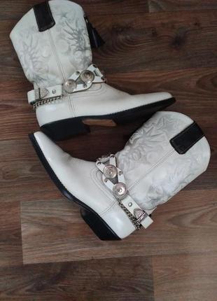 Супер стильные и модные белые казаки с цепями