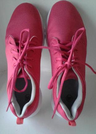 Яркие розовые кроссовки для фитнеса