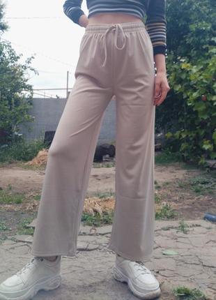 Широкие легкие бежевые штаны