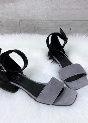 Стильные черно-серые босоножки из натуральной замши на низком каблуке