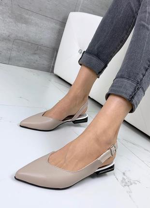 Остроносые босоножки из натуральной кожи цвета латте на низком каблуке