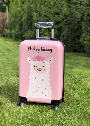 Яркий пластиковый чемодан ручная кладь с ламой