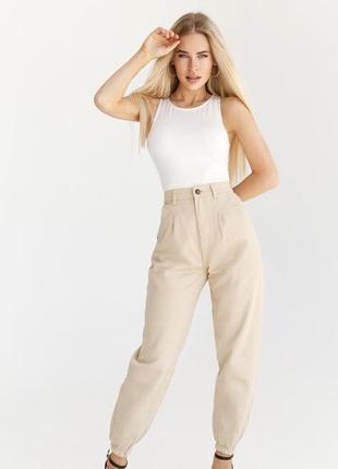Бежевые высокие джинсы джоггеры