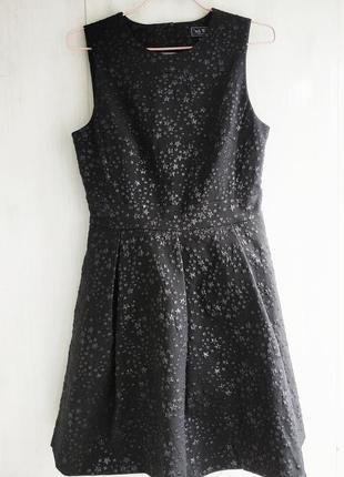 Шикарное черное платье с пышной юбкой