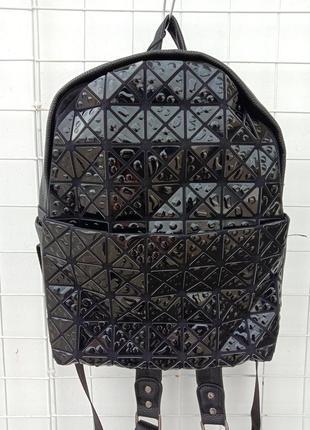 Маленький рюкзак с лакированными вставками