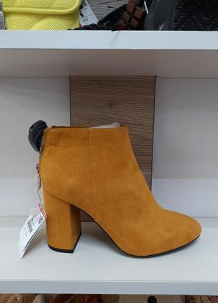 Замшевые оранжевые ботинки ботильоны на каблуке pull and bear