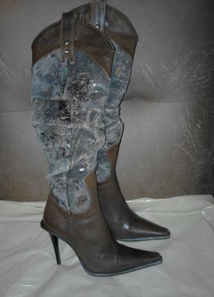Красивые сапоги на каблуках,  выполненные из однотонной натуральной кожи и замши.