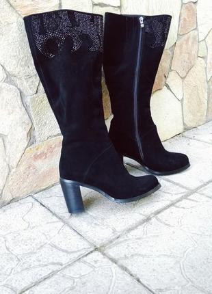 Чёрные зимние замшевые сапоги на среднем каблуке