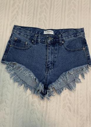 Стильные короткие шорты с рваным низом glamorous