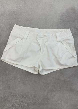 Короткие белые шорты с карманами