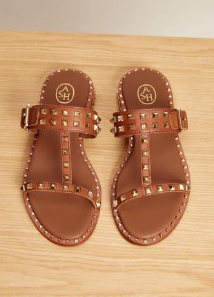 Ash коричневые бежевые кожаные сандалии шлепанцы с шипами в стиле valentino