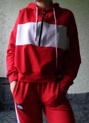 Новый красно-белый спортивный костюм