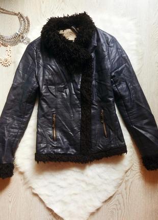 Синяя темная короткая куртка кожанка косуха теплая на овчине с черным мехом на воротнике