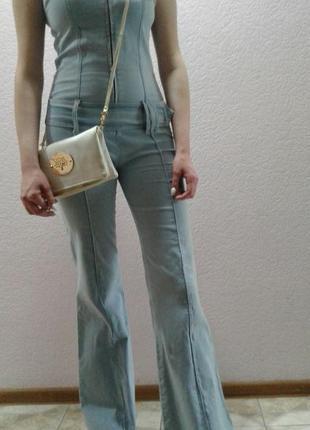 Голубой джинсовый комбинезон