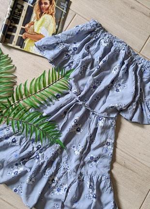 Нежное платье в цветочный принт свободного кроя с открытыми плечами  оборками m l