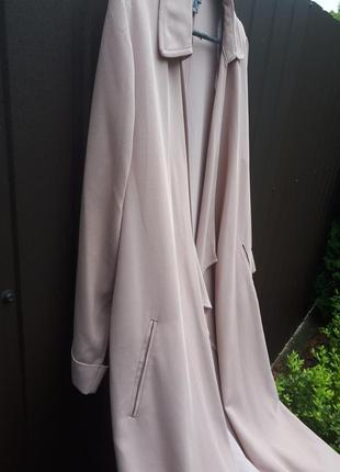 Удлиненный пудровый пиджак-трэнч