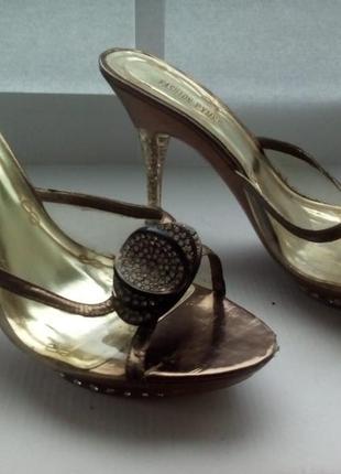 Шлепанци на каблуке со стразами