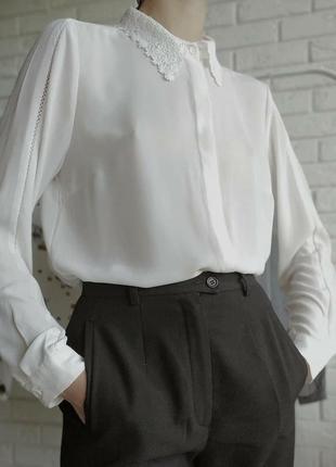 Белая блуза с вьязаным воротником