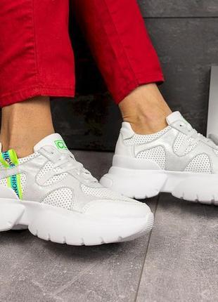 Женские кроссовки на массивной подошве