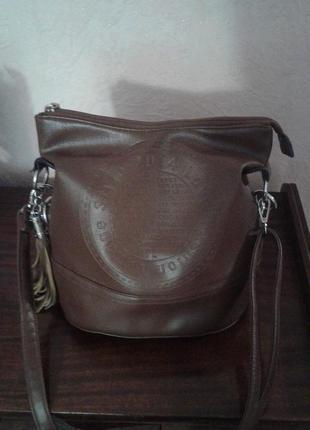 Отличная кожаная сумка с длинным ремнем.