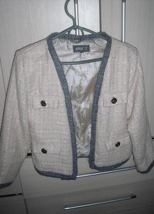 Пудровый пиджак в стиле шанель