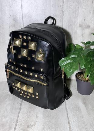 Стильный вместительный рюкзак с заклёпками