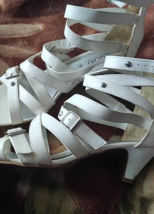 Белые босоножки 39 размера