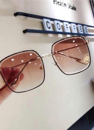 Очки солнцезащитные квадратные коричневые в металлической оправе
