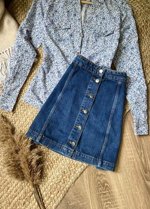 Актуальная джинсовая юбка на пуговицах