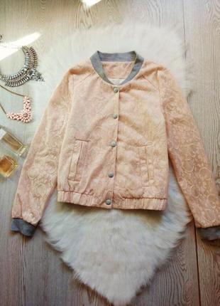 Розовый ажурный бомбер с карманами надписями куртка гипюр спорт шик принт короткая